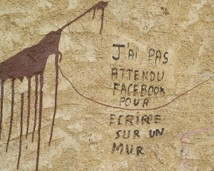 Tag sur un mur en pierre: J'ai pas attendu Facebook pour écrire sur un mur